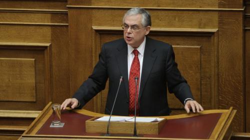 Grecia: Fostul premier Lucas Papademos, rănit într-o explozie în centrul Atenei