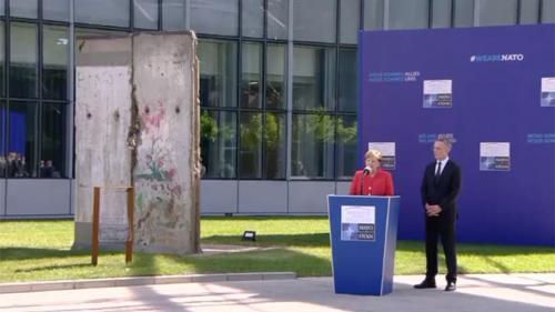 Un fragment din Zidul Berlinului şi un memorial pentru 11 septembrie, monumentele inaugurate în faţa noului sediului NATO