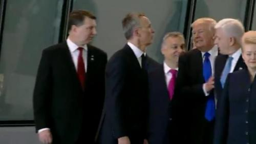 VIDEO - NATO: Trump l-a îmbrâncit pe premierul muntenegrean