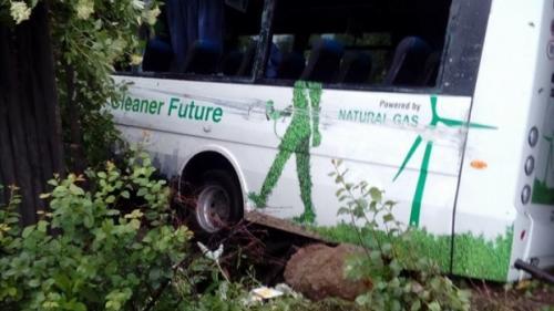 Accident GRAV în Vâlcea. Un autobuz a intrat într-o casă. Sunt 4 răniți