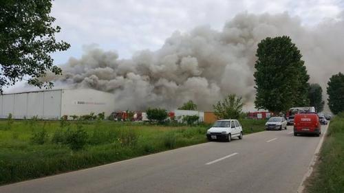 ALERTĂ - UPDATE - Incendiu la un depozit de documente din Dărăşti, Ilfov. Au fost suplimentate maşinile de intervenţie