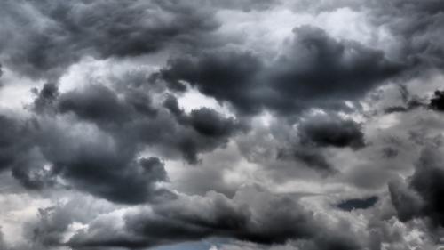 Averse, descărcări electrice şi intensificări ale vântului, în 12 judeţe, în următoarea oră