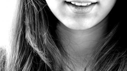 Cum îți poți albii dinții cu ulei