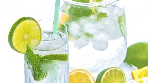 Boala de care te ții departe dacă bei apă cu lămâie