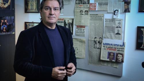 Criminalul cu mitraliera sub  pat și teancul de ziare în brațe