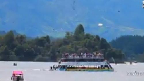 VIDEO - Columbia: Cel puţin trei morţi şi 30 de dispăruţi în naufragiul unei ambarcaţiuni