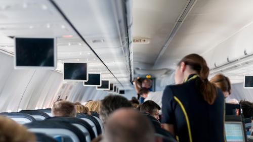 Primul test pentru a deveni însoţitor de zbor. Regulile sunt diferite de la femei la bărbaţi