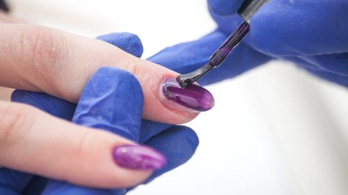 O meserie la mare căutare: pictor de unghii