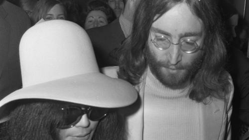 Albumul pe care Lennon i-a dat un autograf asasinului său înainte de a muri a fost scos la vânzare