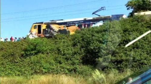 Accident TERIBIL pe calea ferată în Mehedinți. O mașină a fost SPULBERATĂ de tren. Două persoane au murit