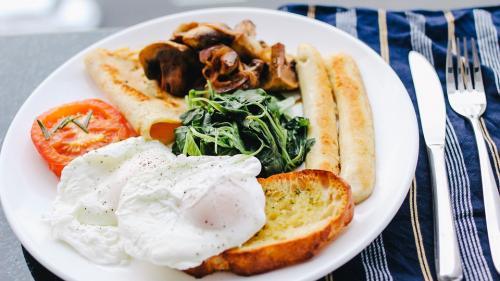 Cheia unei diete de succes: mănâncă micul dejun ca un rege, prânzul ca un prinţ şi cina ca un cerşetor