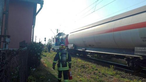 Locuitorii din Topolovățu Mare, la un pas de catastrofă după ce o locomotivă a luat foc