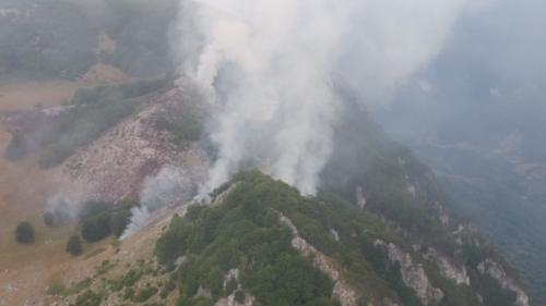 Pompierii cară saci cu apă în spate ca să stingă incendiul din Parcul Natural Domogled
