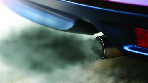Românii cumpără maşini care poluează