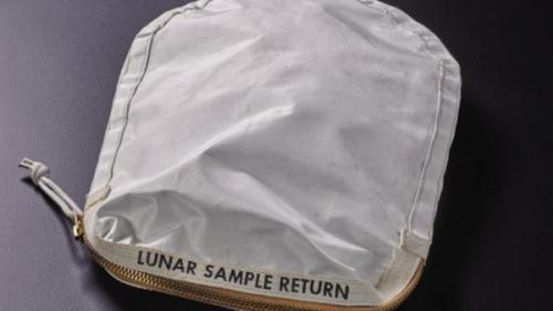 """""""Poșeta"""" lui Neil Armstrong, vândută la licitație cu 1,8 milioane $"""