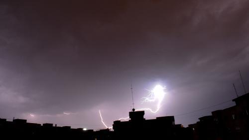 Capitala, sub Cod portocaliu de averse şi descărcări electrice până la ora 17:00