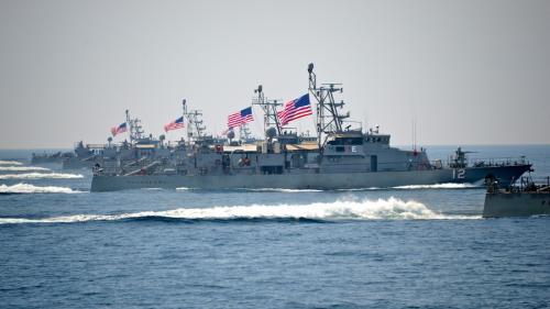 O navă a Marinei SUA a tras focuri de avertisment în direcţia unei nave iraniene în Golful Persic