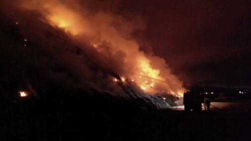 Bacău: Pompierii intervin de peste 20 de ore pentru stingerea unui puternic incendiu produs la groapa de gunoi