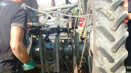 Neamţ: O persoană a murit strivită sub un tractor care s-a răsturnat