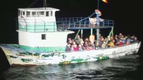 Pescador care transporta zeci de migranți, interceptat de Garda de Coastă