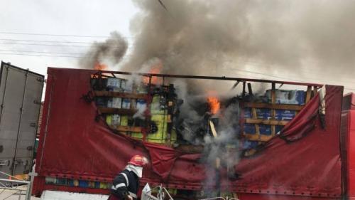 Arad - Un TIR a luat foc pe DN 7. Traficul rutier, blocat pe ambele sensuri