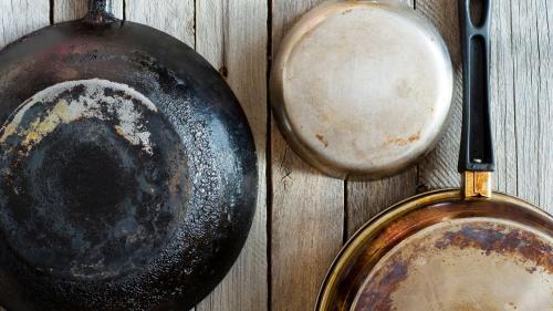 Cum să cureți o tigaie arsă, rapid și simplu. Cratiţele tale vor arăta ca noi