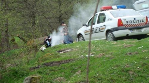 Șocant! Un tată băut și fără permis a trecut cu maşina peste fetiţa de nici un an, aflată pe o pătură, la iarbă verde. Micuța a murit pe loc!