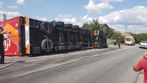 Olt: Un tir încărcat cu 20 de tone de tablă s-a răsturnat în Pleşoiu; şoferiţa, transportată la spital