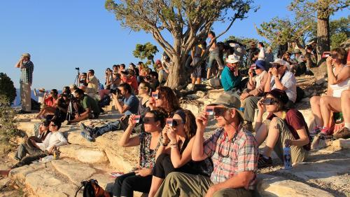 SUA: Un bărbat a acuzat probleme de vedere după ce a urmărit eclipsa de soare printr-o gaură dintr-o pungă