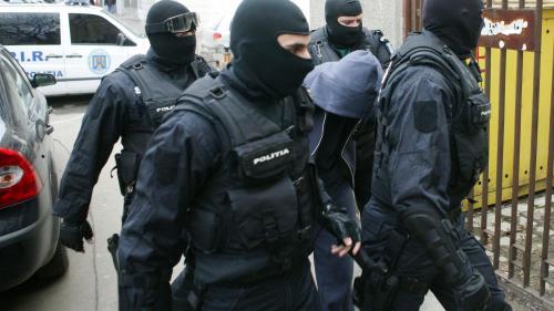 Percheziții la suspecți de infracțiuni economice cu un prejudiciu de peste 5 milioane de euro. Soţia lui Dorin Cioabă a fost ridicată de poliţişti și dusă la audieri