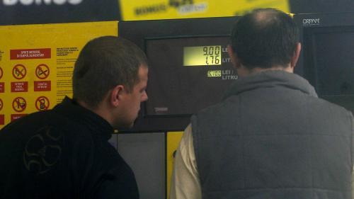 Cu cât plătim mai mult la pompă pentru litrul de carburant