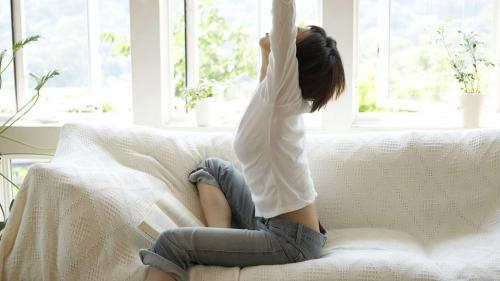 Cum poți să faci mișcare cu ce ai prin casă fără să-ți schimbi programul