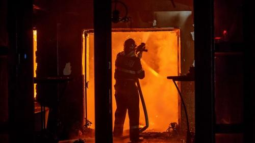 3 pompieri au intrat într-un apartament cuprins de foc pentru a salva un bărbat