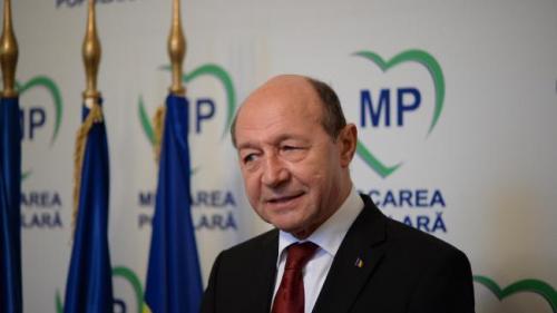Băsescu: Primăria bişniţăreşte plantaţiile de panseluţe în loc să verifice starea copacilor bătrâni