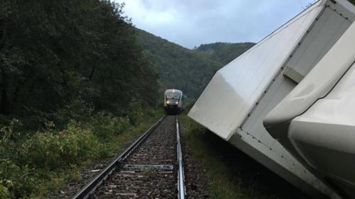 Cluj: Trafic feroviar întrerupt pe ruta Huedin-Aleşd, după ce un tir s-a răsturnat lângă calea ferată