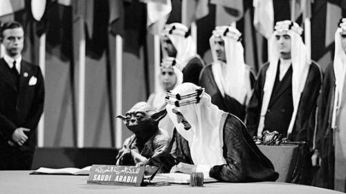 Problemă bizară într-un manual școlar din Arabia Saudită. Yoda apare într-o fotografie alături de regele Faisal