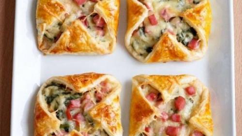 Rețeta zilei: Plăcinţele cu şuncă, brânză şi spanac