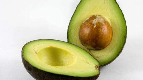 Sâmburii de avocado luptă împotriva cancerului. Cum pot fi consumați