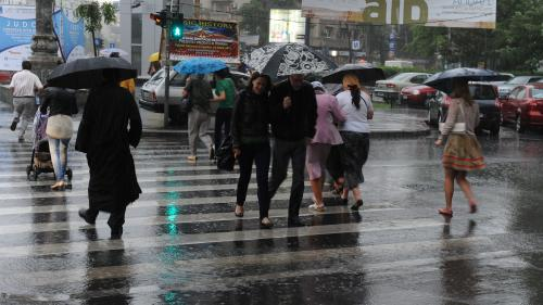 ANM - S-a teminat cu vremea de vară, de sâmbătă vin ploi și se răcește drastic