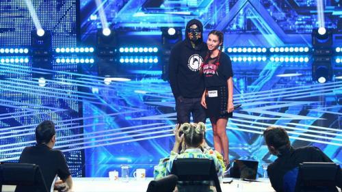 """Se naște o nouă stea pe scena """"X Factor""""! Jurații au rugat-o să facă o poză împreună și i-au luat primul autograf"""
