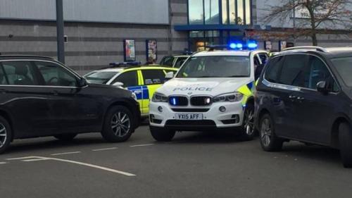 Un bărbat înarmat a luat mai mulţi OSTATICI într-un parc de distracţii din Anglia