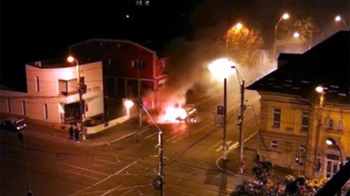 VIDEO - Un Mercedes a luat foc în mers, pe o stradă din Galați