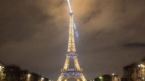 Turnul Eiffel, iluminat duminică seară de focuri de artificii în onoarea... unui serial
