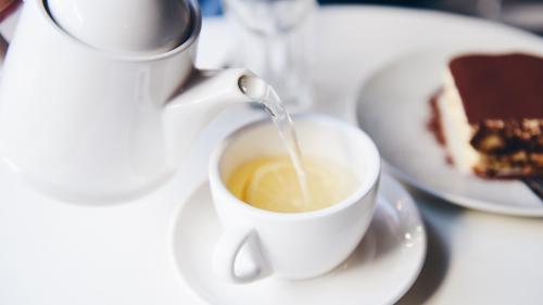 5 motive să bei apă caldă cu lămâie și miere, în fiecare dimineață