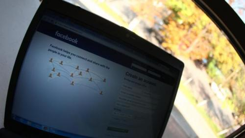 Facebook testează un flux de actualităţi structurat în două module şi provoacă îngrijorare în industria mass-media