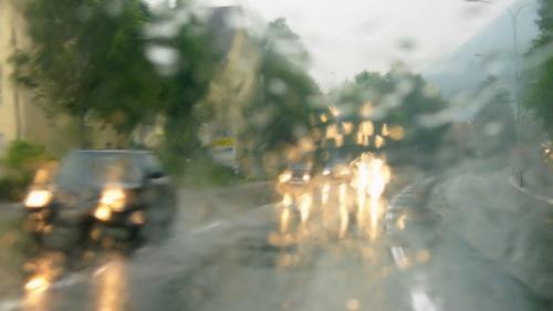 Atenţie la drum! Cod galben de ceaţă şi ploaie în mai multe judeţe, valabil în următoarele ore
