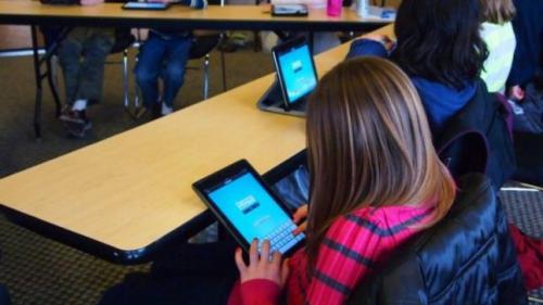 Șoc în învățământ! Manualele digitale sunt contestate de părinţi!