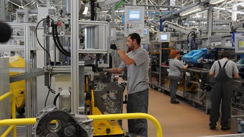 Piaţa muncii pune presiune pe patroni în Vest şi pe angajaţi în Est