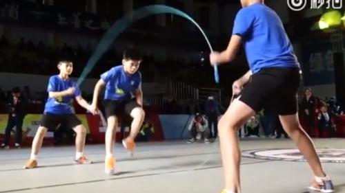 VIDEO - Un puști de 11 ani, campion mondial la sărit coarda - 129 de sărituri în 30 de secunde