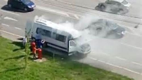 Un microbuz a luat foc în Capitală
